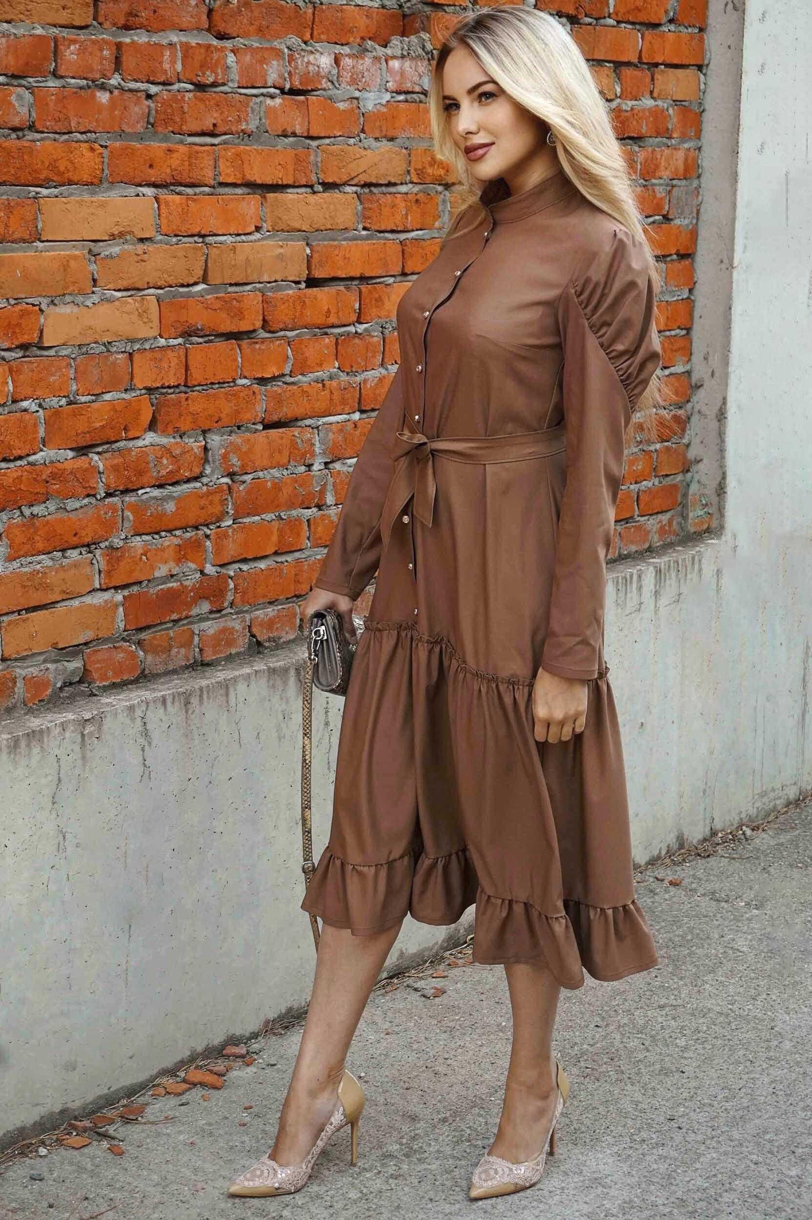 Коричневое длинное платье