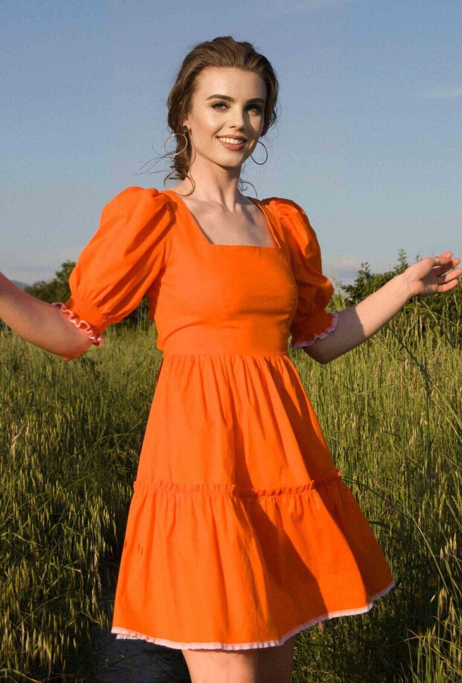 платье оранжевого цвета